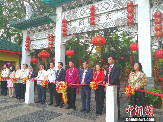 3月3日,由菲律宾中国商会举办的第十八届中菲文化节,在菲律宾最大的国家公园黎刹公园中的中国公园举行。驻菲大使赵鉴华(右5)出席剪彩仪式。 菲律宾雅典耀大学孔子学院图 摄