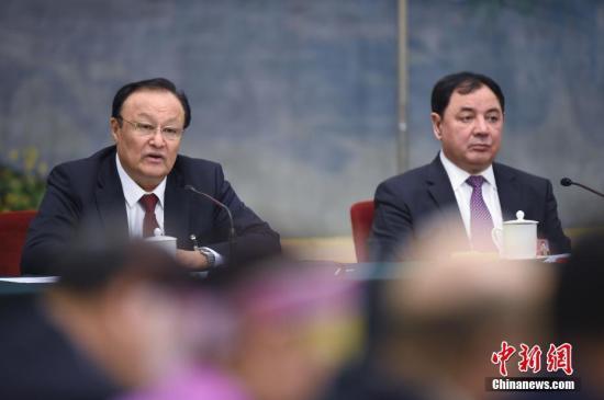 3月13日下午,十三届全国人大一次会议新疆维吾尔自治区代表团举行全体会议,审议监察法草案。图为全国人大代表、新疆维吾尔自治区主席雪克来提·扎克尔(左)发言。中新社记者 侯宇 摄