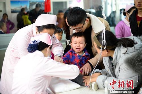 资料图:小朋友在医院扎针输液。 中新社记者 刘文华 摄