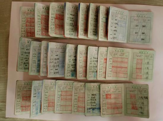 泛黄的献血证,纪录了周建生15年所献出的爱心。 康立柱 摄