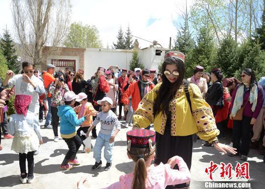 有不少外地游客也加入到舞动的人群中。 勉征 摄