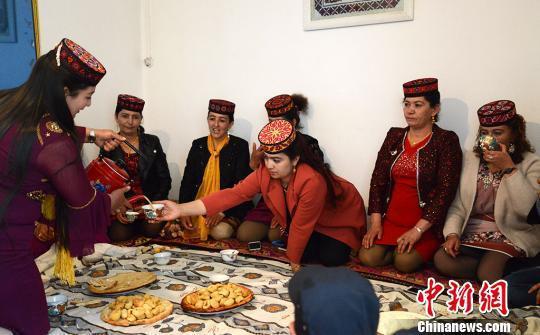 新娘的家人为每一位客人奉上美食和热茶。 勉征 摄