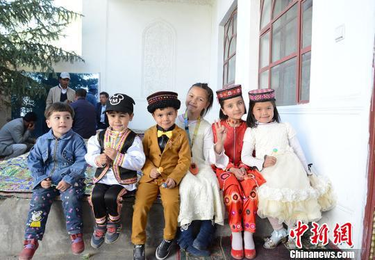 婚礼上的塔吉克儿童。 勉征 摄