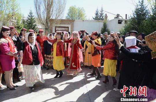 人们在肉孜家院子里跳舞,塔吉克族婚礼要进行三天,三天时间里人们载歌载舞,像是一场盛大的舞会。 勉征 摄