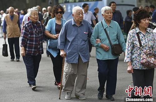 資料圖:退休教師們參加活動。 中新社記者 泱波 攝