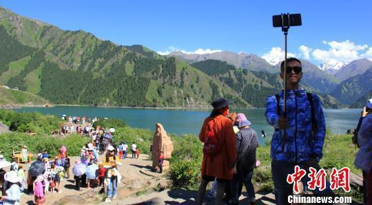 美不胜收的湖光山色迎来四海游人赏景避暑。 王小军 摄