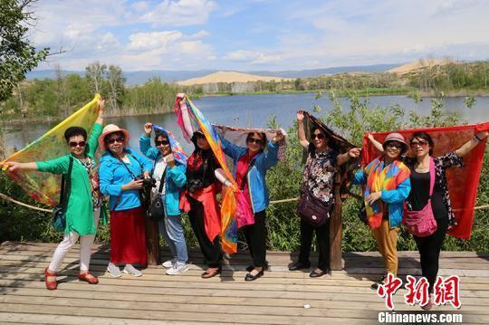 游客在新疆兵团首个国家5A级旅游景区——第十师一八五团白沙湖景区拍照留影。 杨东东 摄