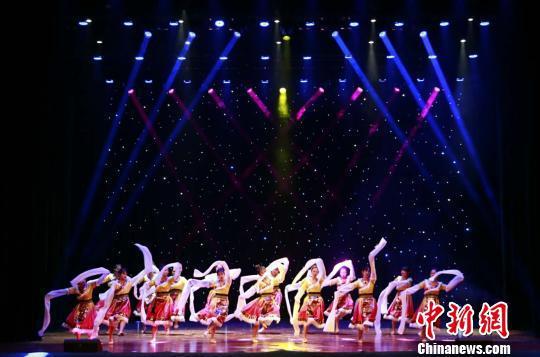 图为海外华裔青少年演绎藏族舞蹈。 吴榕峰 摄