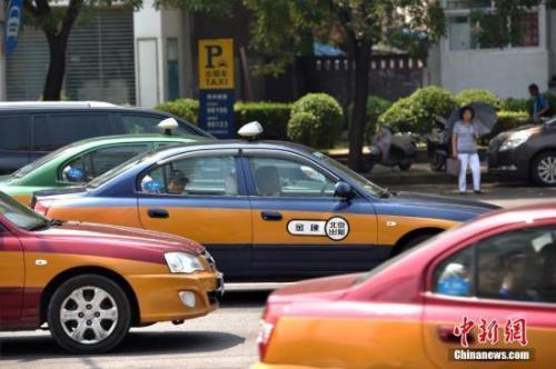 资料图:街上行驶的出租车。中新网记者 金硕 摄