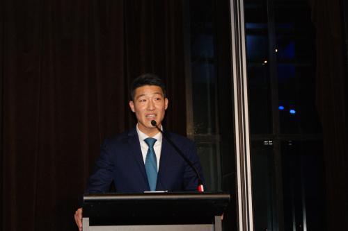 中国侨网资料图:2018年7月23日晚,澳大利亚新南威尔士州自由党华人青年议会举行成立典礼,新州自由党青年议会主席容思程(Scott Yung)致辞。(澳大利亚《星岛日报》)