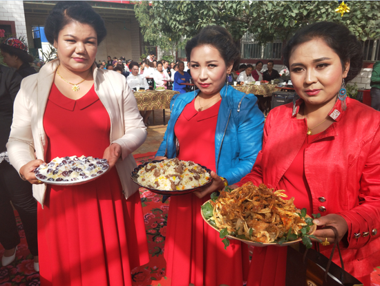 迎国庆 轮台县一乡村举办农家美食节