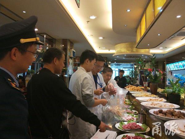 中国宁波网讯气温骤降,懒得做菜怎么办?买些烤禽下饭,或者直接进火锅店搓一顿,相信是当下不少消费者的选择。