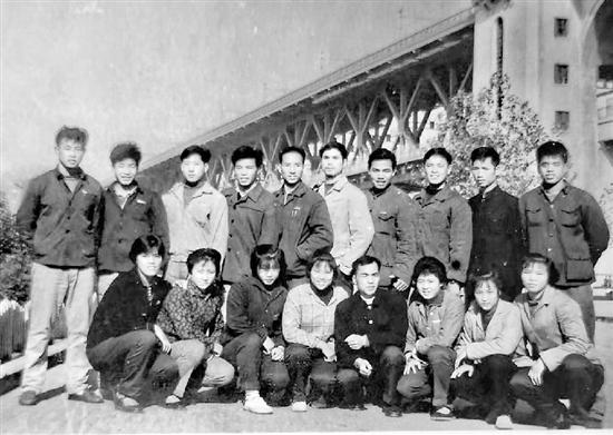 1963年,浙江游泳隊在武漢長江大橋下合影。