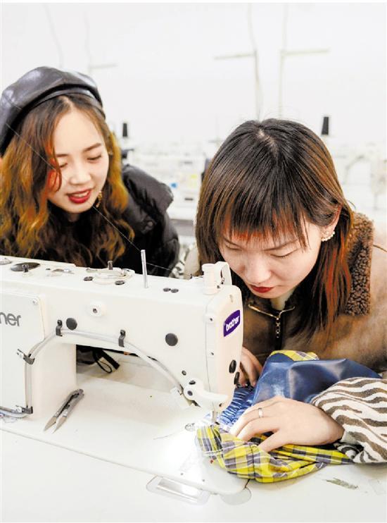 周元元和陈晓鑫在服装专业课教室修改样衣。