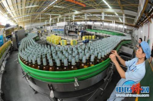 图为开发区啤酒企业生产线 钟欣 摄