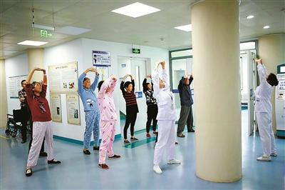 鄞州人民醫院的護士領著腫瘤病人練八段錦。(鄭瑜 攝)