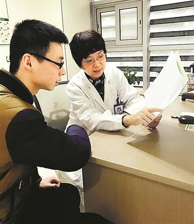 寧波市第一醫院醫生在為體檢者解讀體檢報告。(陳敏 攝)