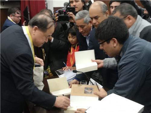 莫言在书展读者见面会上。来源:秘鲁《公言报》