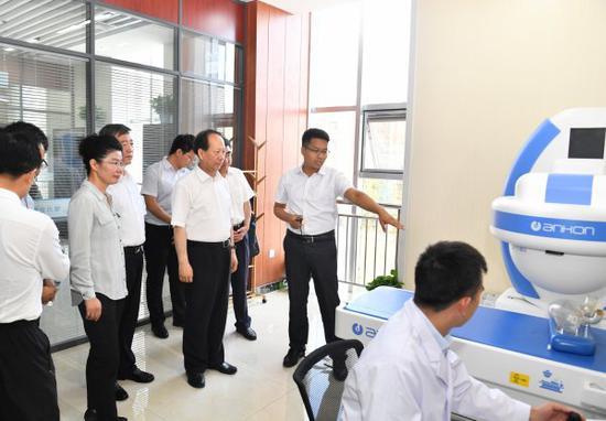 """8月5日,石泰峰来到银川中关村创新创业园,调研健康医疗产业园建设、""""互联网+医疗健康""""新业态培育情况。"""