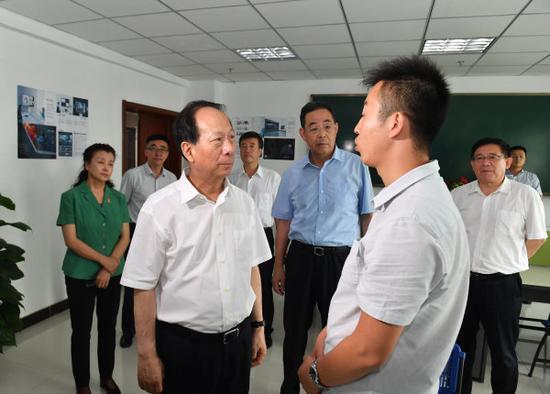 8月8日,石泰峰来到退役军人创新创业孵化基地,调研退役军人就业创业工作开展情况。