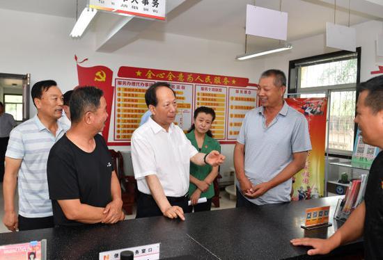 8月8日,石泰峰来到贺兰县习岗镇经济桥村退役军人服务站,调研农村退役军人服务保障体系建设情况。