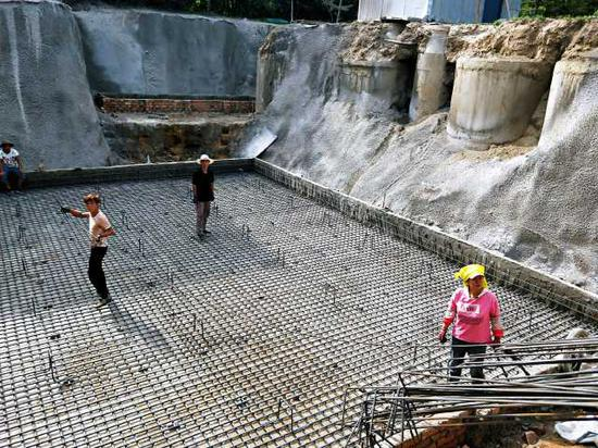 施工人员在污水处理设施建设现场忙碌。