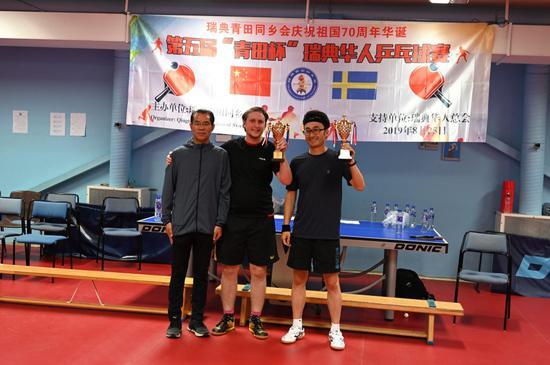 决赛结果是工商联一队的王书飞和Simon获得团体赛冠军奖杯。桂大使为其颁奖。
