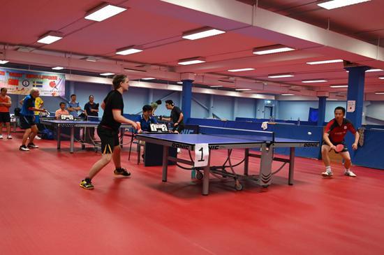 当天的乒乓球比赛从下午一点多开始,一直进行到晚上6点钟才进入最后决赛。
