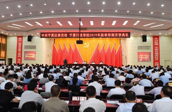 """自治区党委书记、人大常委会主任石泰峰以""""做一名政治上合格过硬的领导干部""""为题,作了专题辅导报告。"""