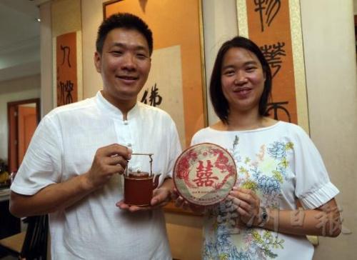 赖贞瑝送给太太的求婚礼物是朱泥羊桶提梁壶。(马来西亚《星洲日报》/陈启基 摄)