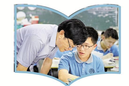 陈立群和学生交谈。记者 姚颖康 摄
