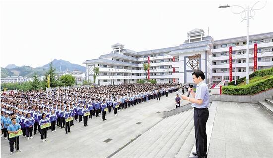 9月2日上午,台江县民族中学的操场上,陈立群作题为《内在的严格 是生命能量的源泉》的国旗下讲话。记者 姚颖康 摄