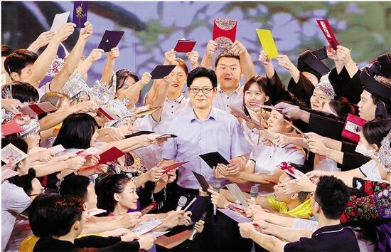 """""""时代楷模""""发布仪式上,学生们和陈立群在一起。记者 吴煌 摄"""