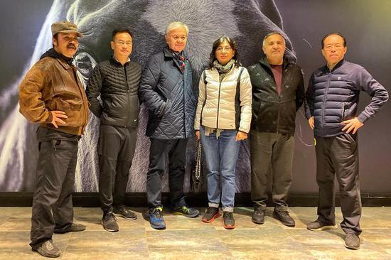 陈志峰(左一)与上海合作组织前秘书长阿利莫夫(左三)、副秘书长王开文(右一)合影