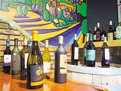 <p>  贺兰山东麓葡萄酒集中展示。本报记者 徐佳敏 摄</p>