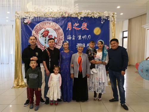 图为2018年中秋节时,马文英(左4)携全家人与在吉华侨华人共度中秋佳节。(吉尔吉斯斯坦《丝路新观察》)