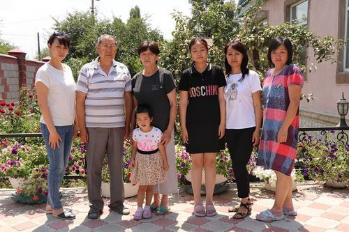 图为每到寒暑假,刘国及(左二)的孩子与都会来到他家中看望老人,如今他已经有了一个重孙女。 (吉尔吉斯斯坦《丝路新观察》/雪源 摄)