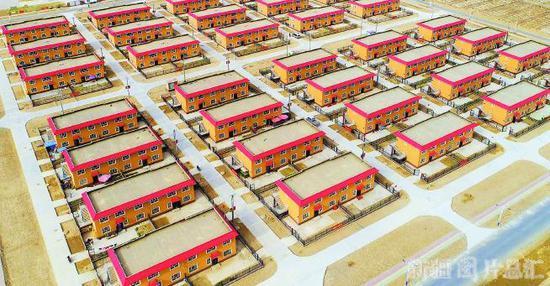 叶城县阿克塔什易地扶贫搬迁安置点(11月28日无人机拍摄)。从2017年开始,叶城县陆续将棋盘乡、柯克亚乡、乌夏巴什镇3个山区乡镇的3150户农牧民,搬迁到阿克塔什易地扶贫安置点。 □本报记者 约提克尔·尼加提摄
