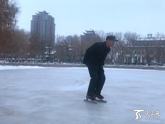 龚张建在滑冰场上滑冰。