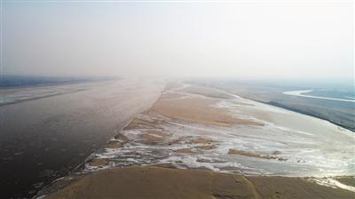 <p>  黄河石嘴山市惠农区境内,滩涂河湾处已经结冰。                 本报记者 钱建忠 摄</p>