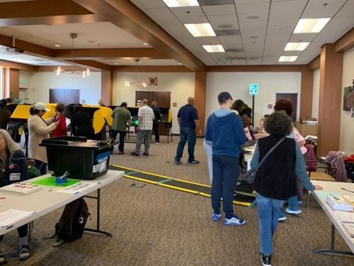 阿罕布拉市圖書館投票中心里,選民踴躍投票。(美國《世界日報》/丁曙 攝)