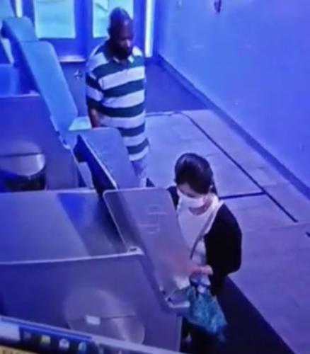 6月25日,一名华裔女子在纽约曼哈顿华埠取钱时,被不法分子盯上,遭遇抢劫。(警方提供)