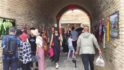 镇北堡西部影城,游客量明显增多。