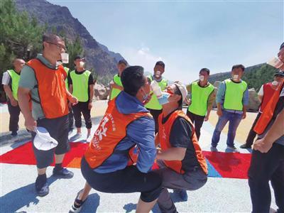 游客在贺兰山国家森林公园做游戏。