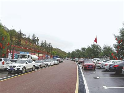 十一假期,西吉县龙王坝旅游景区门口车位难求。