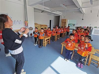 在良田镇第一幼儿园,孩子们正在上课。