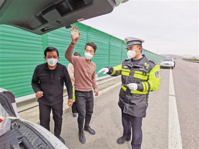 <p>  陈兆温(右)在检查车辆。(图片由受访者提供)</p>