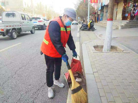 环卫工方萍在清扫街道