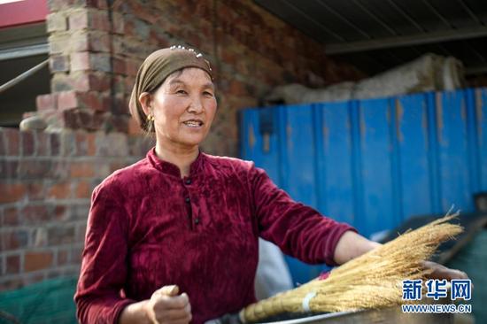 """李耀梅对生活充满了乐观,她相信""""只要肯吃苦,生活总会甜""""(2019年4月28日摄)。新华社记者 冯开华 摄"""