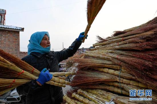 李耀梅在整理高粱笤帚(1月14日摄)。新华社记者 冯开华 摄